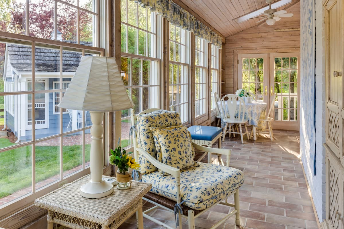 sun room in house with furniture